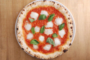 ナポリピッツァの王道メニューはasseでも大人気。 生地とソース、チーズやバジルとの一体感が感じられる一品です。