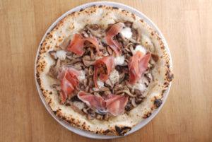 軽くオイルソテーし、香り立ったキノコをオン。イタリア産生ハムのスライスも美味。