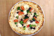 クリームソースにローストチキンやソーセージなど食べ応えのあるトッピング。具たくさんで大満足のピッツァです。
